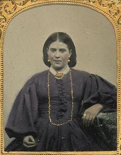 Jeune femme assise de face