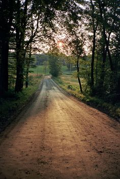 country back road . amazing how healing nature can be. how healing a change of scenery can be Country Girls, Country Roads, Country Music, Country Walk, Country Charm, Vintage Country, Country Farmhouse, Vie Simple, On The Road Again