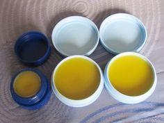 Lippenbalsam aus 3 Tl Bienenwachs, 7 Tl Olivenöl, halbe Tl Honig, 1 Vitam E Kapsel und Pfefferminzöl