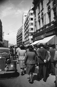 Plimbare pe Calea Victoriei, 1941 foto:Willy Pragher City People, Bucharest Romania, Timeline Photos, Old Photos, Nostalgia, The Past, Street View, In This Moment, Memories