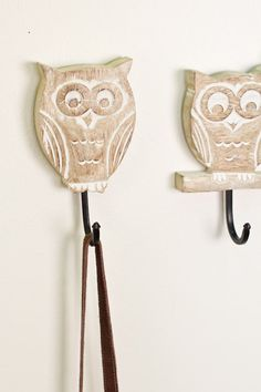 Hand Carved, Whitewashed Owl Wall Hook. Perfect for keeping your purse, jewelry, or keys out of the way and within easy reach! #storage #decor #owl #earthbound