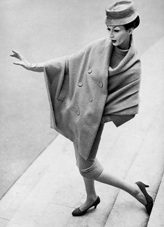 Dovima in suit by Dior, photo by Richard Avedon, Grand Palais, Paris, August 1955 Moda Retro, Moda Vintage, Vintage Mode, Vintage Hats, Christian Dior, Richard Avedon Photography, Vintage Dresses, Vintage Outfits, Vintage Fashion Photography