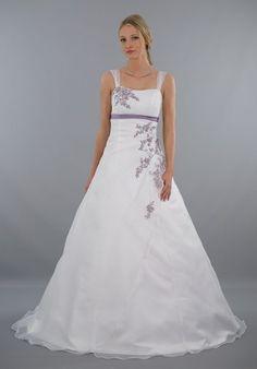 """Ein echtes Highlight auf einer Hochzeit zum Thema """"flieder & weiss"""" ♥ Das Brautkleid Mia zaubert eine feminine Silhouette ✬ Stickereien in flieder ♥ Tolle Qualität ♥ Schnelle Lieferung ♥ Für die Braut, die kein rein weißes Hochzeitskleid sucht ♥"""