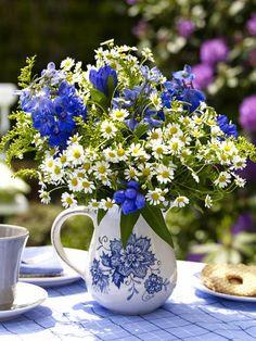 Blau-weißer Blumenstrauß
