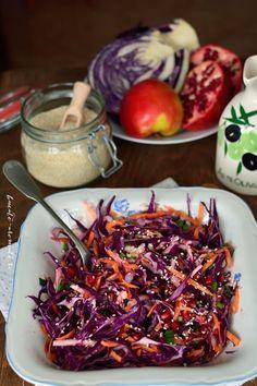 Varza rosie, morcov, mere, samburi de rodie si seminte de susan. Toate reunite intr-o salata delicioasa, colorata si plina de vitamine! Raw Vegan Recipes, Healthy Salad Recipes, Baby Food Recipes, Diet Recipes, Vegetarian Recipes, Cooking Recipes, Cold Vegetable Salads, Vegetable Dishes, Vegetable Recipes