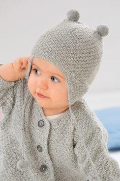 Handarbeit aus besonders weicher Babyalpakawolle - passend zur Jacke. Niedliche Mütze mit feiner Strickstruktur. Mit Pompons oben und am Ende der Bindebänder. 100% Babyalpaka.