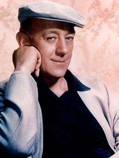 Sir Alec Guinness, el actor de los mil y un rostros. Murió el 5 de agosto del año 2000 de un cáncer de hígado. Tenía 86 años y atrás quedaba toda una vida dedicada al cine y al teatro, habiendo hecho disfrutar y soñar a varias generaciones de espectadores de todo el mundo.