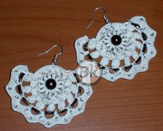 http://berenikehobby.blogspot.it/2013/05/in-un-giorno-di-pioggia.html Crochet earrings with beads.