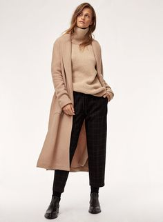 This is an oversized turtleneck sweater with an elongated silhouette. Winter Fashion Casual, Fall Winter Outfits, Autumn Fashion, Business Casual Outfits, Cute Casual Outfits, Stylish Outfits, Jumper, Turtleneck Outfit, Cashmere Turtleneck