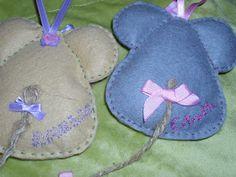 Cositas y Cosotas de Fresinata: Un par de lindas ratoncitas...... Fabric Crafts, Sewing Crafts, Sewing Projects, Cat Crafts, Crafts To Make, Felt Mouse, Monster Dolls, Felt Decorations, Toy Craft