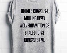 T-shirt una direzione. T-shirt Directioner  D E S C R I P T I O N Materiale di alta qualità e tessuto utilizzato per questa bella t-shirt. La t-shirt è super morbida e accogliente!  M E S U R E M E N T S  S = 20 x 27 (in CM = 50 x 69) M = 21 x 28 (in CM = 53 x 72) L = 22 x 29 (in CM = 56 x 74) XL = 23 x 30 (in CM = 58 x 76)    P R O D U C T I N F O  ✓ 150 JERSEY ✓ 100% semi-pettinati Ringspun Cotone Nastro di rinforzo ✓ sul collo Collo in costina Elasta...