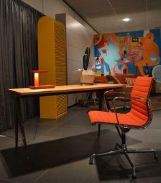 Vitra Alumnium Chair Group stoel, Charles and Ray Eames, 1958 Vitra Compas Direction tafel, Jean Prouvé, 1953 FLOS Piani lamp, R & E Bouroullec, 2011 pastoe A'dammer kast, Aldo van den Nieuwelaar, 1978