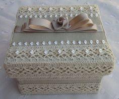 Caixa em MDF forrada com tecido 100% algodão. Detalhes em renda e chatons pérola.