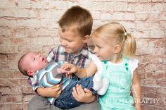 Studio, Studiofotografie, Fotografie, Fotos Neugeborene, Neugeborenenfotos, Neugeborenenfotografie, Junge, natürliches Licht, Geschwisterbild, Geschwister
