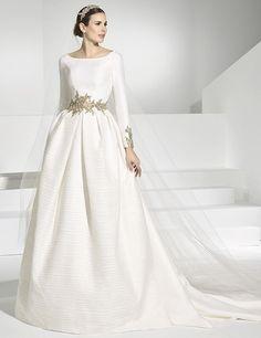 Vestidos de novia con cuerpo y cola postiza en falla.