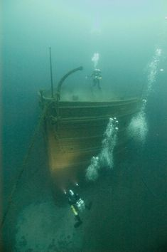 In the above picture, a NOAA diver investigates the bow of the wooden freighter SS Florida, which smashed into the RMS Republic and sank on Jan. Underwater Shipwreck, Underwater World, Underwater Sculpture, Abandoned Ships, Abandoned Places, Marine Archaeology, Florida Images, Deep Photos, Underwater Photography