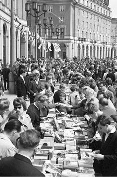 czytaj głupcze! Black White Photos, Black And White, Socialist Realism, Planet Earth, Rainbow Colors, All The Colors, Poland, Vintage Photos, City Photo