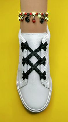 Ways To Lace Shoes, How To Tie Shoes, Ways To Tie Shoelaces, Diy Clothes And Shoes, Diy Fashion Hacks, Clothing Hacks, Black Shoes, Casual Shoes, Ideias Fashion