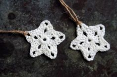 Hæklet stjerne Crochet Stitches, Knit Crochet, Fabric Christmas Ornaments, Christmas Stockings, Yarn Projects, Crochet Projects, Retro Christmas, Christmas Crafts, Stars