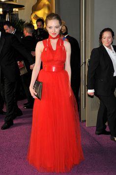 Amanda Seyfried cambió el Alexander McQueen que lució durante la ceremonia por este vestido rojo plisado de Givenchy.