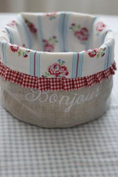 sewing idea for a basket ♥ fabric combo Fabric Boxes, Fabric Storage, Small Sewing Projects, Sewing Hacks, Fabric Crafts, Sewing Crafts, Sewing School, Denim Crafts, Diy Handbag