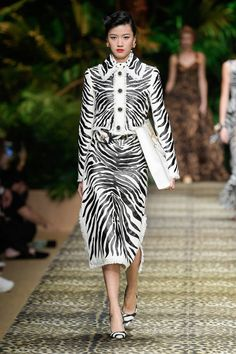 Dolce & Gabbana Spring 2020 Ready-to-Wear Fashion Show Collection: See the complete Dolce & Gabbana Spring 2020 Ready-to-Wear collection. Look 96 Summer Fashion Trends, Summer Fashion Outfits, Fashion Week, Fashion 2020, Retro Fashion, Runway Fashion, Spring Fashion, Milan Fashion, Animal Print Fashion