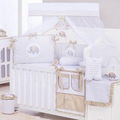 A estampa chevron é uma das tendências mais atuais na decoração do quarto do bebê. O famoso zigue-zague aparece desde a parede até os mais diversos estilos de enxoval. O kit berço chevron é um dos mais procurados por mamães que buscam estilo e modernidade na decoração do quarto do bebê. Uma de suas principais características é a versatilidade. Ele pode ser adotado tanto em conceitos clássicos quanto nos despojados.
