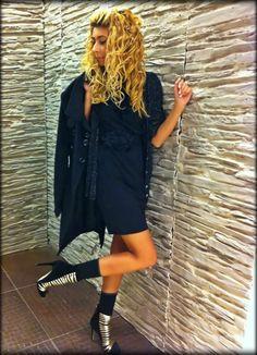 Negrul este clasic, negrul este emblematic … Shirt Dress, T Shirt, Projects, Shopping, Dresses, Fashion, Supreme T Shirt, Log Projects, Vestidos