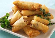 春巻きは中華料理の点心の1つで、もともと立春のころに春野菜を具として作られたところから「春巻き」と名付けられたそうです。 刻んだたけのこなどの野菜や豚肉などの具を薄い小麦粉の皮で包んで油で揚げたもので、中国や台湾以外にもフィリピン、ベトナム、シンガポール、タイなどのアジア各国に春巻きと同じような料理があります。 出来立てのパリパリ感とアツアツのとろっとした具のコンビネーションは、各国共通の美味しさと言えるでしょう。