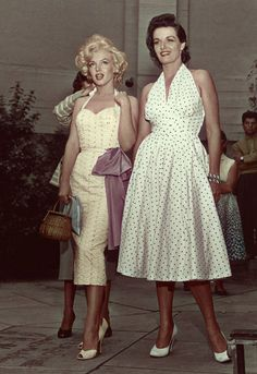 Full-length image of American actors Marilyn Monroe - and Jane Russell standing in the courtyard of Grauman's Chinese Theater while promoting director Howard Hawks's film, 'Gentlemen Prefer Blondes,' Hollywood, California. A woman is. Vintage Glamour, Glamour Hollywoodien, Hollywood Glamour, Vintage Beauty, Old Hollywood, Classic Hollywood, 1950s Style, Moda Vintage, Vintage Mode