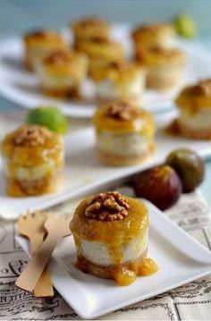 Mini Salted Cheesecake with Gorgonzola with Noci and Figs Coulis Finger Food Appetizers, Finger Foods, Cheesecake Salgado, I Love Food, Good Food, Savory Cheesecake, Snacks Für Party, Antipasto, Savoury Cake