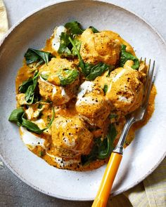 This easy vegetarian recipe combines two street-food favourites – falafel and curry – in one easy-to-make midweek dinner. You're going to love it. Vegetarian Brunch, Vegetarian Curry, Vegetarian Recipes Easy, Curry Recipes, Indian Food Recipes, Asian Recipes, Cooking Recipes, Vegetarian Snacks, Indian Snacks