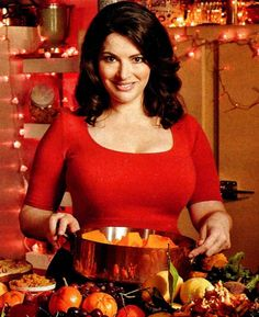 Nigella Lawson is an English food journalist known for her recipes and certainly does not worry about her weight 160 lbs. Beautiful face and terrific figure Nigella Lawson Christmas, Nigella Kitchen, Masterchef Australia, Buxom Beauties, Tv Chefs, English Food, Domestic Goddess, Good Food, Recipes