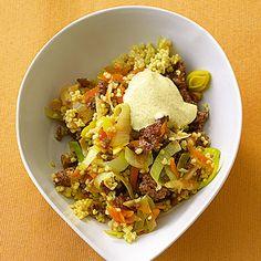 """""""Wundertopf"""" - genial einfach & lecker!  1 Bund Suppengemüse  1 EL Rapsöl  100 g Rinderhackfleisch  120 g Hirse  ½ l Gemüsebrühe (Instant)  Salz  Pfeffer  Orangensaft  50 g Schmand  1 TL Currypulver"""