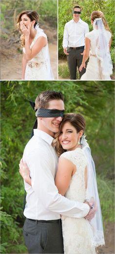 Noivo e noiva não podem se ver antes da cerimonia, mas ninguém nunca disse que não poderiam interagir um com o outro! Um abraço, pegar na mão, sentir o cheirinho... Aumenta o suspense!