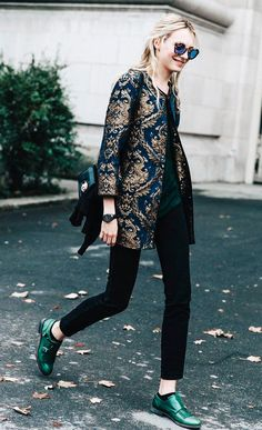 Street style look casaco estampado, calça jeans e sapatilha. Prova de que dá pra ser estilosa sem salto.