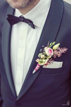 Reversschmuck des Bräutigams mit Röschen und Hortensien bei www.weddingstyle.de| Foto: Judith Stoop