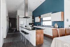 Tämän keittiön upea seinän väri tekee tilasta todella mielenkiintoisen. #keittiö #värikäskeittiö #saareke #keittiöideoita #ruokailuryhmä