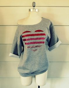 Wobisobi: Glitter, Striped Heart Sweatshirt, DIY I could also sew on ribbon stripes, or fabric strips and let them fray. Diy Pullover, Rosa Pullover, Diy Sweatshirt, Diy Shirt, Valentines Day Shirts, Valentines Diy, Upcycling Shirts, 30 Diy Christmas Gifts, Sweet Shirt