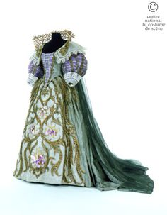 Opera National de Paris Dress baskets gray green silk taffeta. Part stomach and sleeves covered purple crystal embroidered gold. Siding white lace. Skirt with train with sub-embroidered gold lamé skirt and four iris purple velvet. Cape Train bronze green crystal with double collar.