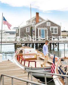 My dream places to visit in America New England Prep, New England Style, Cottages By The Sea, Beach Cottages, American Islands, Nantucket Island, Nantucket Style, Coastal Style, Nantucket Beach