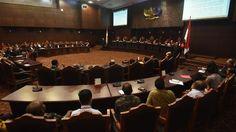Ahli yang dihadirkan pihak Pemohon Dekan Fakultas Hukum (Unpar) Bandung, Tristam Pascal Moeliono saat menyampaikan keahliannya dipersidangan perkara uji materi Kitab Undang-Undang Hukum Pidana (KUH…