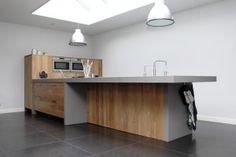 In laten springen kan ook!  Modern eiken keuken gemaakt door JP Walker. Mooie geplankt eiken fronten in combinatie met Oyster composiet sieren deze ruim 5 meter lange keukeneiland