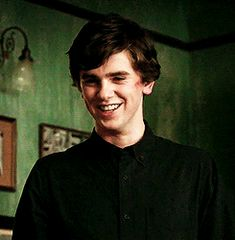 His smile is the glory <3 Freddie Highmore