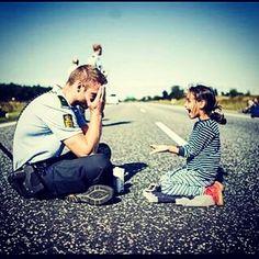 @Regrann from @pattyrico70 -  El mayor de los temores se vence con la más clara sonrisa. De ello da muestra este policía danés jugando con una niña siria... #Regrann #peace #smile #smiles #peaceforall #peaceforsmile #smileforpeace #prayforparis #todossomosfrancia #igers #instagramers #instagram #picoftheday #pic #photo #photooftheday