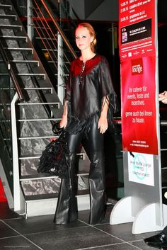 super Schlaghose aus Stretchleder dazu passende Ledertunika mit Fransen. Ein Must Have! www.lassal-fashion.de