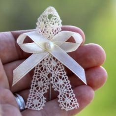 Vývazek+ŠAMPAŇ+s+paličkovanou+krajkou+a+perličkou+Cena+za+1+ks+svatebního+vývazku+(mašličky,+voničky)+s+krajkou,+perličkoua+krémovou+stuhou+(na+přání+může+být+jakákoliv+barva+stuhy).+K+vývazkům+jsou+připevněny+špendíky.+_______________________________________________________+NAPIŠTE+MI+;-)+VYTVOŘÍM+VÁM+SADU+PODLE+VAŠEHO+PŘÁNÍ.+Potřebujeteli+jiné+množství,... Diy Bow, Diy Ribbon, Mexican Wedding Centerpieces, Flower Decorations, Wedding Decorations, Lavender Crafts, Bridesmaid Corsage, Wedding Gifts For Guests, Creative Gift Wrapping