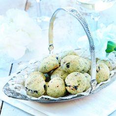 Osteboller med tørkede blåbær, av Caroline Hofberg (in Norwegian) Quinoa, Diy And Crafts, Food And Drink, Healthy Recipes, Healthy Foods, Snacks, Desserts, Tips, Healthy Food