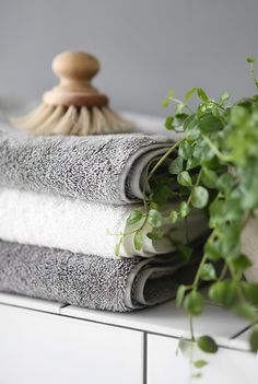 Home - Trend trends- Hem – Trendenser Sustainable Eco Towels from Åhléns Bra Val – Image and … - Bathroom Inspo, Bathroom Styling, Bathroom Interior, Bathroom Inspiration, Bath Towel Sets, Grey Bath Towels, Hand Towels, Home Trends, Washroom