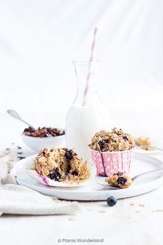 Gesunde Frühstücksmuffins für einen optimalen Start in den Tag. Mit Vollkornmehl, Mandeln, Haferflocken, Skyr, Kokosblütenzucker, Kokosöl und Heidelbeeren.